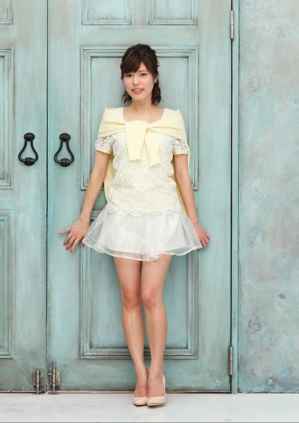 白いミニワンピースをきて扉の前に立っている神田愛花アナのセクシーな画像